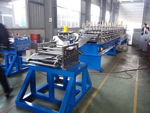 Upright rack roll forming machine leveling device